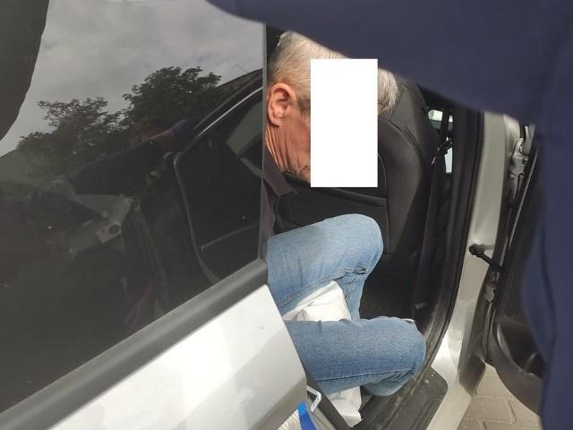 W piątek, 28 sierpnia, około godziny 10.45 dyżurny oficer łódzkiej komendy otrzymał zgłoszenie informujące, że w sklepie przy ul. Lutomierskiej ekspedientka wraz z klientem zatrzymali pijanego kierowcę. CZYTAJ WIĘCEJ NA NASTĘPNEJ STRONIE