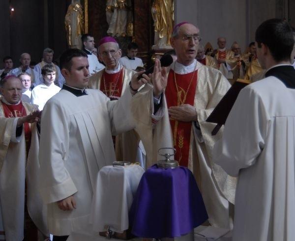 Msza św. Krzyżma - poświęcenie olejów.