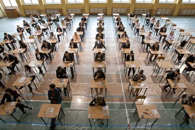Matura poprawkowa matematyka 2014 już dziś. Matematyka jest najpopularniejszym egzaminem na pisemnej maturze poprawkowej w tym roku. Dziś zdają również ci, którzy wiosną oblali jeden przedmiot na maturze pisemnej. Matura poprawkowa matematyka [ARKUSZE CKE, ZADANIA, ROZWIĄZANIA] (Zdjęcie ilustracyjne)