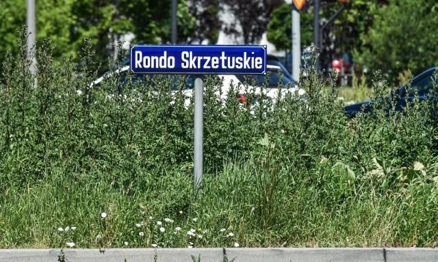 Zarośnięte rondo Skrzetuskie stanowi zagrożenie dla kierowców - ocenia nasza Czytelniczka.