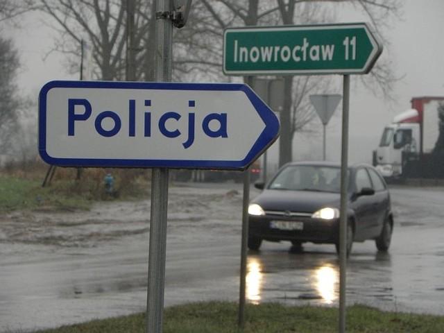 W Rojewie ostał się tylko ten drogowskaz. Kiedyś wskazywał posterunek, dziś... komendę w Inowrocławiu?