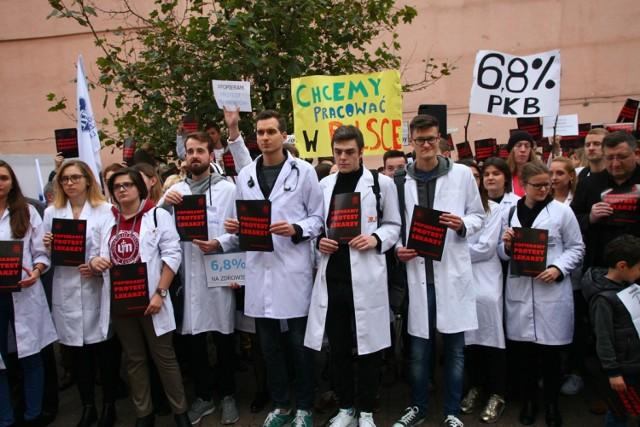Podczas protestu rezydentów w 2017 roku lekarze domagali się m.in. zwiększenia nakładów na służbę zdrowia do 6,8 proc. PKB