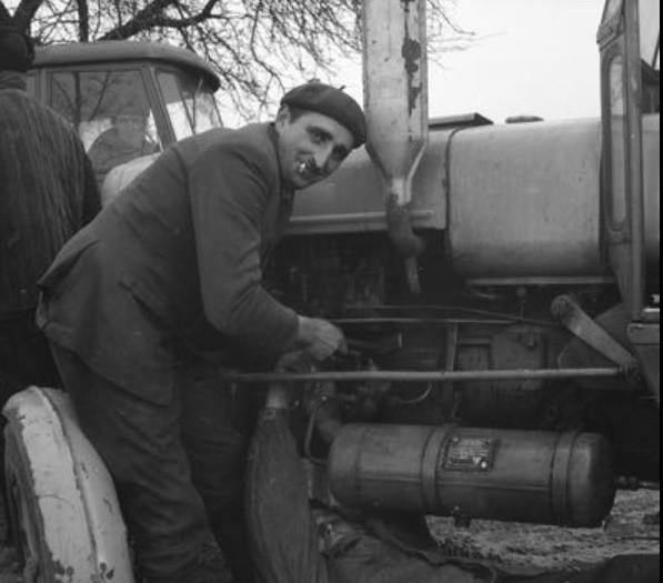 Na zdjęciu z zasobów Narodowego Archiwum Cyfrowego: naprawa ciągnika Ursus C-4011 - 1970 rok.Kolejne fotografie z okresu Polski Ludowej znajdziesz na następnych stronach.Sprawdź też:  Czar PGR-ów, czyli bloki w polu i bonanza - zdjęcia