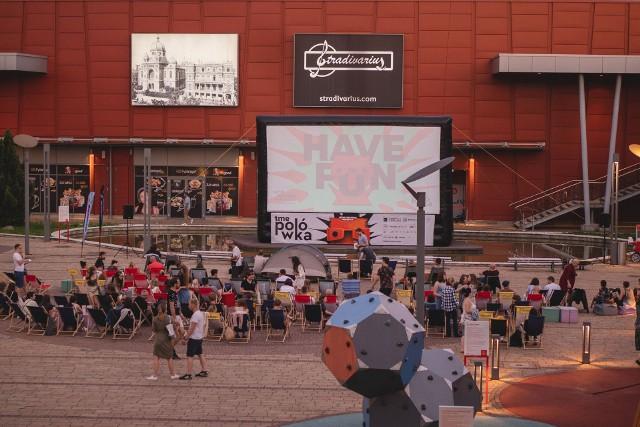 Seanse w ramach polówki odbywają się na patio Portu Łódź.