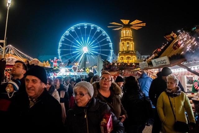 Jarmark Bożonarodzeniowy 2019 w Poznaniu kusi atrakcjami. Na placu Wolności po raz kolejny staną karuzele i ponad 30-metrowy diabelski młyn. Jak co roku zorganizowany zostanie Poznań Ice Festival.