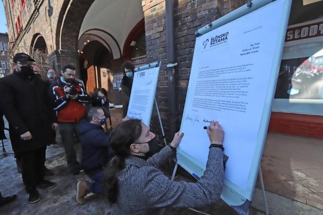 Przaja Ślōnzokom: trwa zbiórka podpisów pod apelem w sprawie ustawy o języku śląskim. Na katowickim Nikiszowcu sporo osób.Zobacz kolejne zdjęcia. Przesuwaj zdjęcia w prawo - naciśnij strzałkę lub przycisk NASTĘPNE
