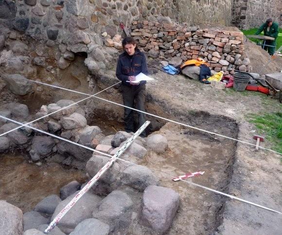 - To badania archeologiczne niewielkiego obiektu, który okazał się bardzo ciekawy - mówi archeolog Marcin Burdziej.