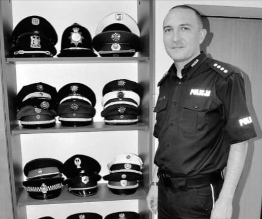 Nadkomisarz Krzysztof Skowron służbę w Policji rozpoczął w 1994 roku. Był absolwentem Wyższej Szkoły Policji w Szczytnie oraz Uniwersytetu Śląskiego w Katowicach, gdzie ukończył kierunek prawo i administracja. Większość służby spędził w Gliwicach. Tam w 2013 roku został awansowany na stanowisko komendanta komisariatu w Pyskowicach.