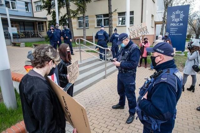 Nie milkną echa po wyrzuceniu 17-letniej uczennicy z białostockiej szkoły katolickiej