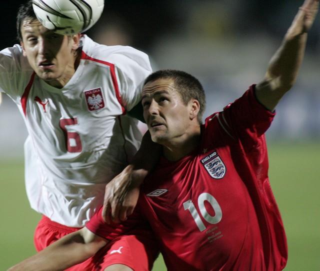 Polscy obrońcy skutecznie wyłączyli z gry angielskiego napastnika Michaela Owena (z prawej). Jednak gole strzelali inni... Na zdjęciu piłkę wybija głową Jacek Bąk.