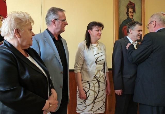 Odznakę Związku Rzemiosła Polskiego otrzymali: (od lewej) Michalina Krzysiak, Edmund Otremba, Beata Węglerska, Kazimierz Wierzchowski i nieobecny na uroczystości  Norbert Wieszałka