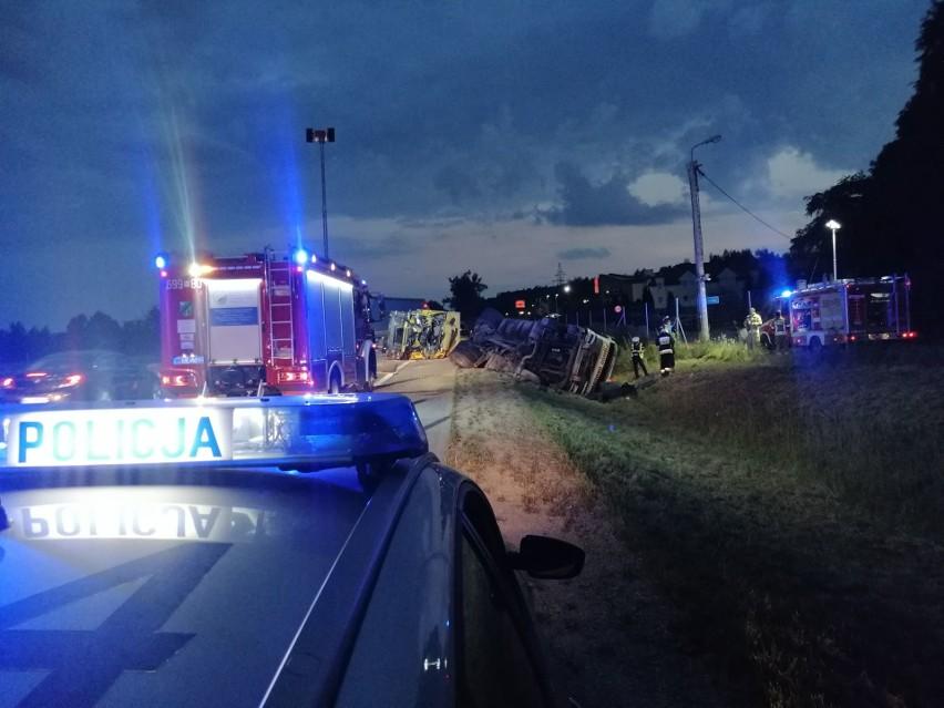 Wypadek na S8 w Turzynie. Ciężarówka, która holowała...