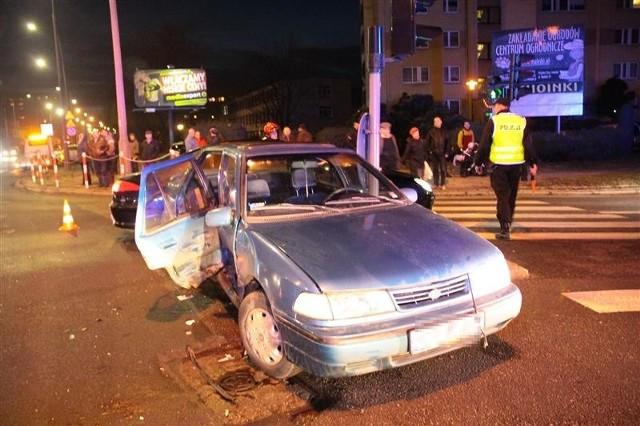 Hyundai zderzył się z mercedesem. Dwie osoby ranne.