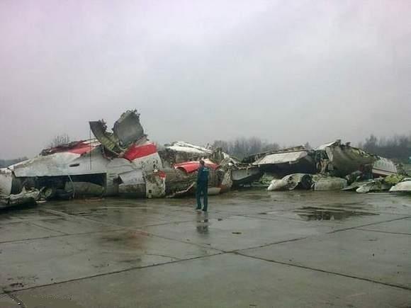 Szczątki samolotu prezydenckiego, który rozbił się 10 kwietnia 2010 roku w Smoleńsku