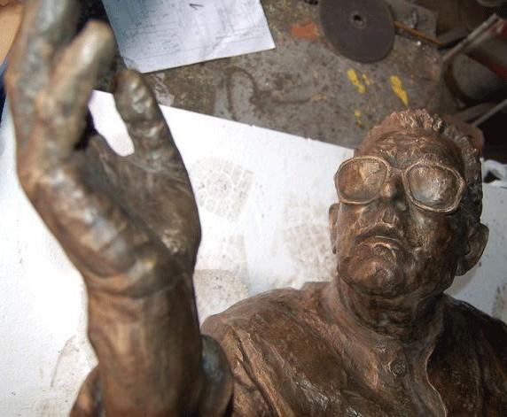 Rzeźba Adama Giedrysa jeszcze w częściach przed montażem ostatecznym.