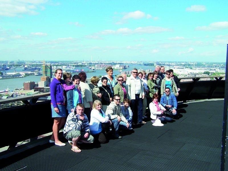 Ekipa spóldzielców z Augustowa na tle panoramy Rotterdamu