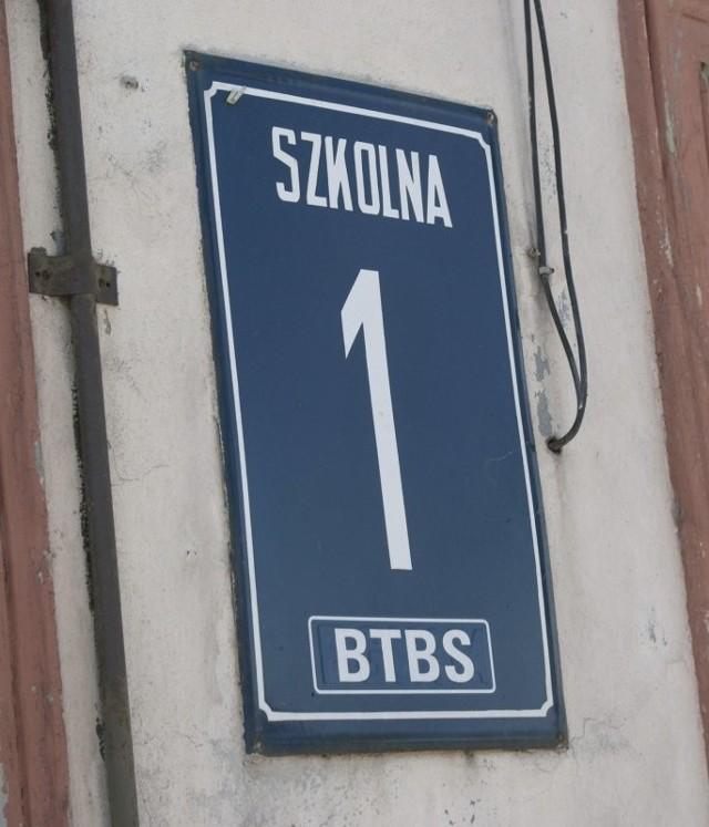 Na razie z budynku usunięto tę tabliczkę. Niepotrzebnie, bo ulica Szkolna istnieje nadal. Poza tym, dalej nikt nic nie wie.