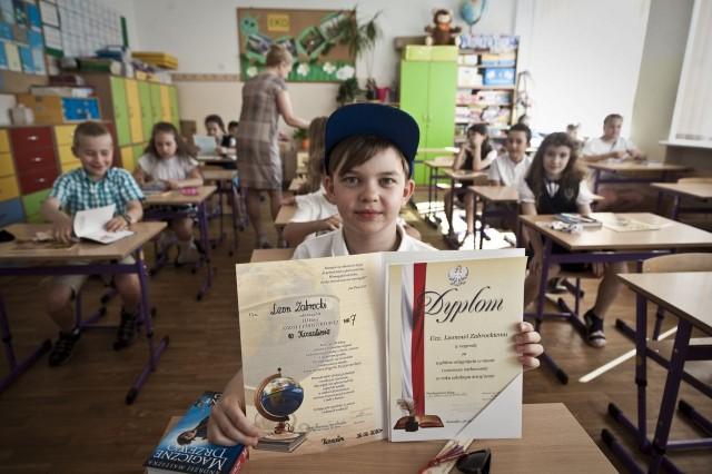 Zakończenie roku w koszalińskich szkołach. Uczniowie odbierają świadectwa