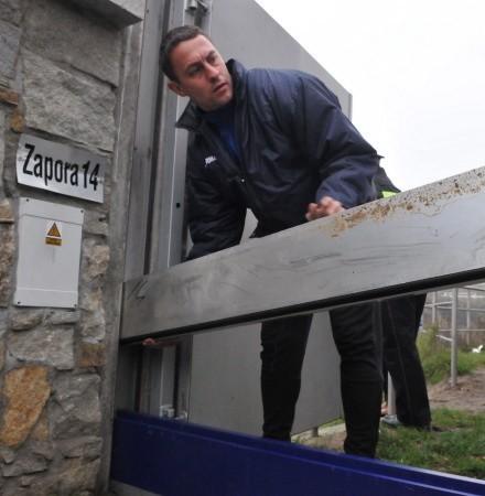 Piotr Łoboda montuje jeden z elementów zapory numer 14