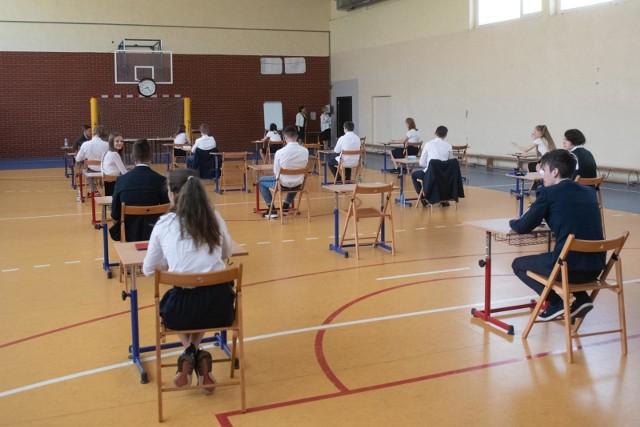 Egzamin ósmoklasisty 2021 - matematyka próbna. W czwartek 18 marca odbył się próbny egzamin ósmoklasisty z matematyki. To drugi dzień próbnych sprawdzianów dla ósmoklasistów. Jakie były zadania z matematyki? Jak należało je rozwiązać? Zobaczcie zadania, odpowiedzi i rozwiązania z matematyki. ARKUSZE CKE + ODPOWIEDZI EGZAMIN ÓSMOKLASISTY - MATEMATYKA 2021.