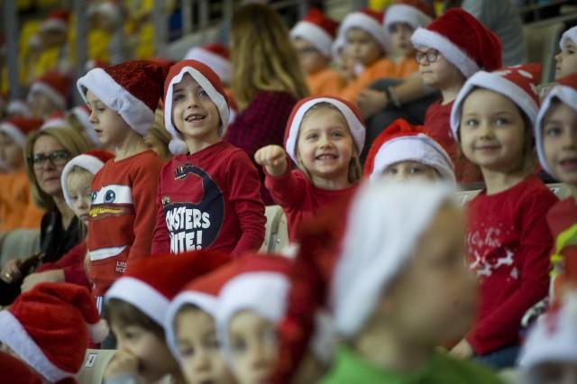 W czwartek w hali widowiskowo-sportowej w Koszalinie już po raz kolejny zorganizowane zostały Mikołajki na sportowo. W zabawie wzięło udział ponad 1400 dzieci z koszalińskich przedszkoli publicznych.