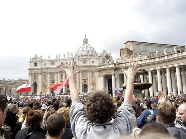 Kilkaset tysięcy Polaków wybrało się do Rzymu na pogrzeb papieża Jana Pawła II 8 kwietnia 2005 roku.
