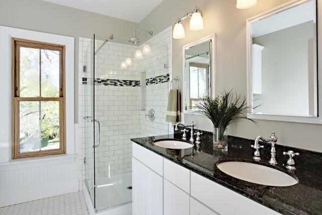 Ciemny granit Tempus Fantasy w aranżacji łazienkiBogata kolorystyka granitu oraz niepowtarzalne wzory tego kamienia pozwalają tworzyć piękne łazienki.