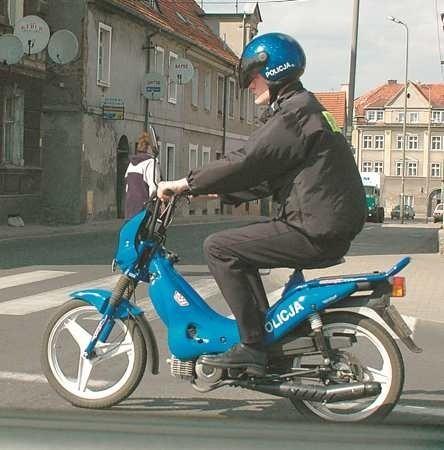 Takich widoków już dawno w mieście nie ma. I z pewnością policjanta na motorynce już nie zobaczymy.