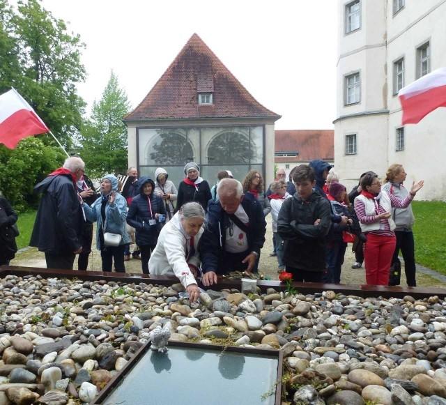 """Uczestnicy Wyjazdu Pamięci byli w Monte Cassino, w obozach Dachau i Mauthausen oraz zamku Hartheim, który naziści zamienili w miejsce """"eutanazji"""""""