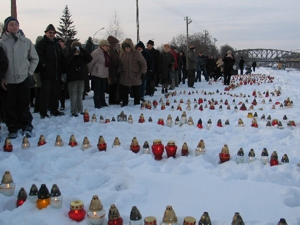 W Przemyślu zaplonely znicze ku czci sybirakówW Przemyślu zaplonely znicze ku czci zeslanych na Sybir
