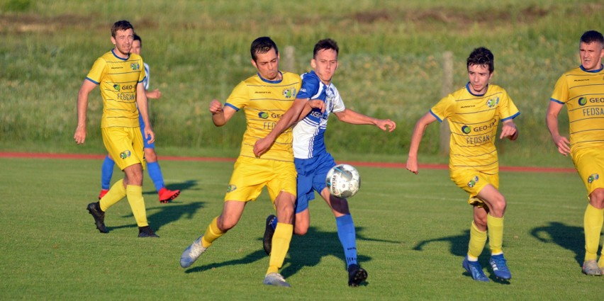 Ekoball Sanok (na żółto) zagrał skutecznie i cieszył się z wygranej na trudnym terenie w Ropczycach.