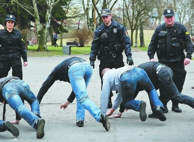 Kwiecień 2012 roku. Służby porządkowe pacyfikują grupę mężczyzn, która zakłóciła marsz przeciw przemocy zorganizowany w Białymstoku przez środowiska antyfaszystowskie.
