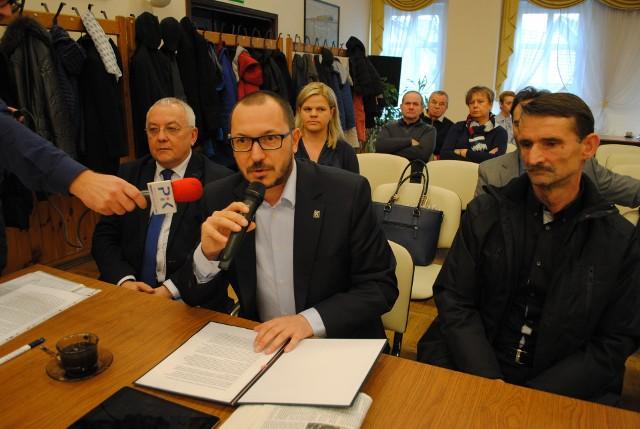 Poseł Paweł Skutecki (Kukiz'15) na sesji Rady Miejskiej w Koronowie. Po lewej - Jacek Olech, po prawej - Ryszard Szuba.