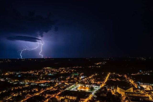 Burza w nocy z wtorku na środę nad powiatem staszowskim. Żywioł uchwycony z drona przez Sławka Rakowskiego.
