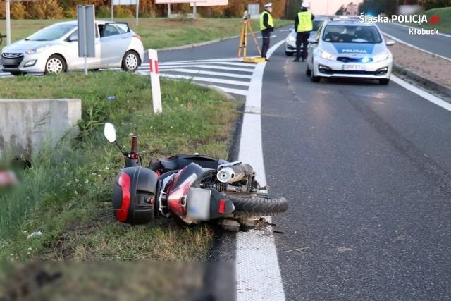 Kierowca rometa z niewyjaśnionych przyczyn zjechał do rowu na Dk 43 w Krzepicach