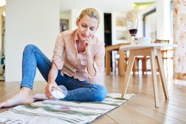 Plamy na dywanie lub wykładzinie to zmora każdego Sposoby na usunięcie trudnych plam z dywanu.