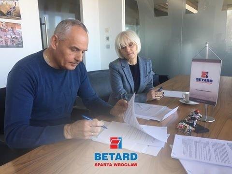 Na zdjęciu Artur Dziechciński (właściciel firmy Betard) i prezes Krystyna Kloc