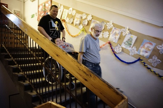 Człowiek Roku 2014: Trzej wujkowie wnoszą uczniów na piętro