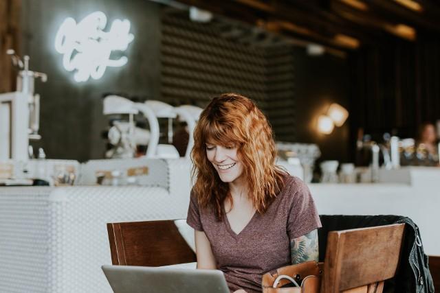 Darmowe warsztaty online to świetny sposób na spędzenie wolnego czasu w domu. Dzięki nim dobrze wykorzystasz czas spędzony w domu! Kursy oferują rękodzielnicy, fryzjerki, makijażystki, styliści i trenerzy fitness. Sprawdź, w czym możesz wziąć udział --->