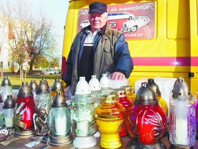 Pan Leszek Kuczyński radzi, żeby zakupy zrobić wcześniej i ominąć ogromne kolejki. Najdłużej postoimy w nich 1 listopada. Wtedy też stoisk przy cmentarzach będzie jeszcze więcej.