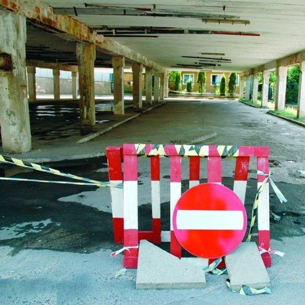 Piętrowy parking przy urzędzie został zamknięty, ale jego remont rozpocznie się najwcześniej w sierpniu