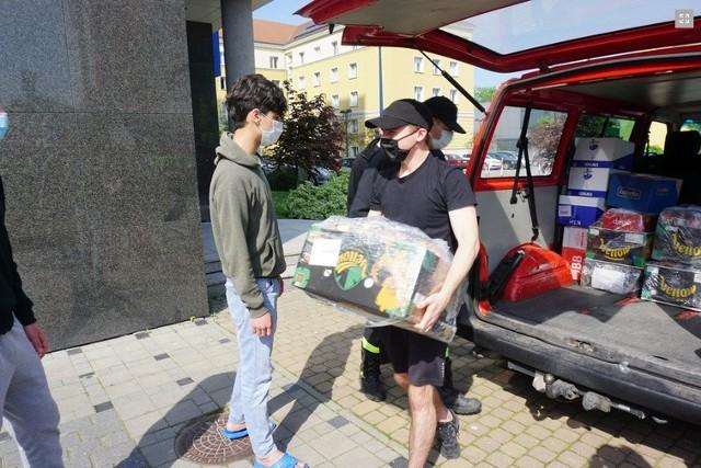 """Dystrybucją paczek pod """"Niechcicem"""" zajęła się Iryna Nowobilska, na miejscu była też fundatorka Danuta Jazłowiecka, która rozmawiała ze studentami."""