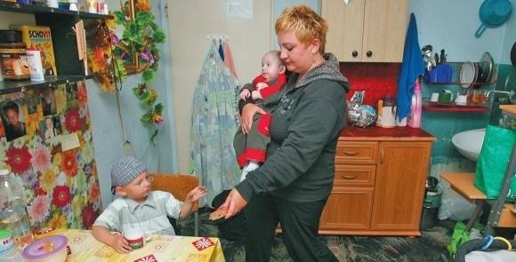 – To tak wspaniała wiadomość, że budzę się i nie mogę uwierzyć, że to prawda – mówi o informacji o mieszkaniu Dorota Kastruk, która czeka na lokal15 lat. Na rękach 3 miesięczny Konradek, obok 3 letni Patryk.