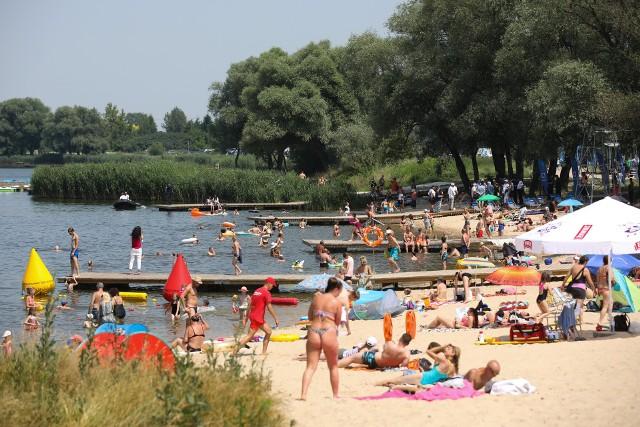 W weekend znów zapełnią się plaże. Ma być bardzo ciepło i parno, więc gdzie jeśli nie w wodzie będzie najprzyjemniej?