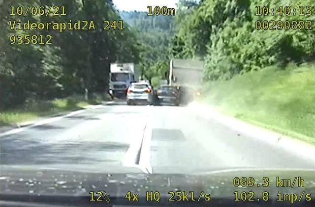 Sceny z pościgu za pijanym kierowcą mrożą krew w żyłach. 44-letni kierowca seata desperacko uciekał przed policjantami, stwarzając mnóstwo niebezpiecznych sytuacji na drodze.