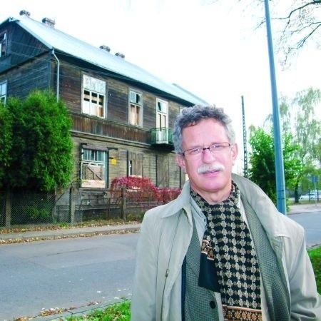 Andrzej Lechowski, dyrektor Muzeum Podlaskiego, z obawą patrzy na zniszczenia w kamienicy przy ul. Włókienniczej. - Ten budynek trzeba chronić i przenieść do muzeum - podkreśla.