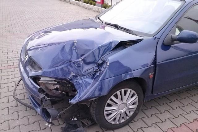 Renault opolanina nadaje się już tylko na złom. Odszkodowanie zapłaci MZK ze swojej polisy.