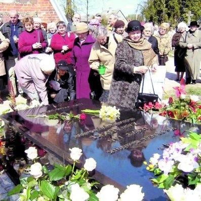 Przed grobem ks. Jerzego Zawadzkiego zwykle pojawia się bardzo dużo ludzi. Tak było podczas tegorocznych uroczystości związanych z rocznicą śmierci.