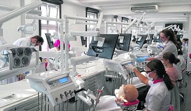 student medycyny spotyka się z pacjentami
