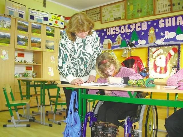 Uczniów w szkole specjalnej wciąż przybywa. Na lekcjach jest coraz ciasnej. Na zdjęciu Barbara Góra prowadzi zajęcia z przysposobienia do pracy.